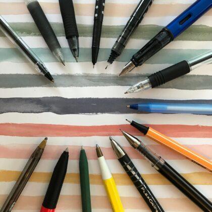 Zdjęcie okładkowe wpisu: Czym pisać? Długopisy i pióra — podstawowe przybory
