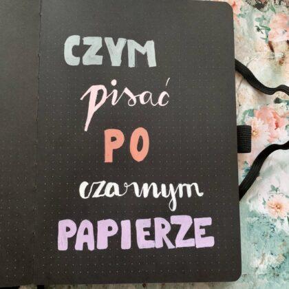 Zdjęcie okładkowe wpisu: Czym pisać po czarnym papierze?