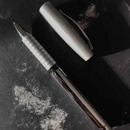 Zdjęcie okładkowe wpisu: Recenzja: Faber-Castell Loom — klasyczne pióro kulkowe