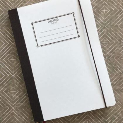 Zdjęcie okładkowe wpisu: Recenzja: Archie's Calligraphy — staromodny notatnik z niespodzianką